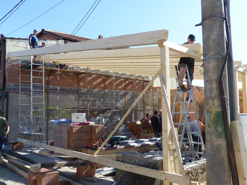 Dachbalken werden aufgelegt